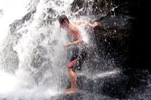Douche sous une chute d'eau, rester propre