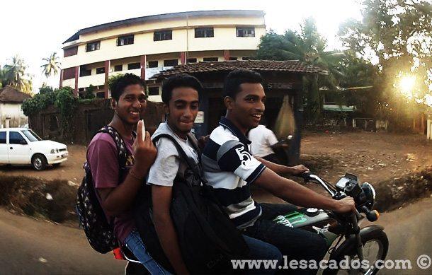 3 Indiens sur une moto
